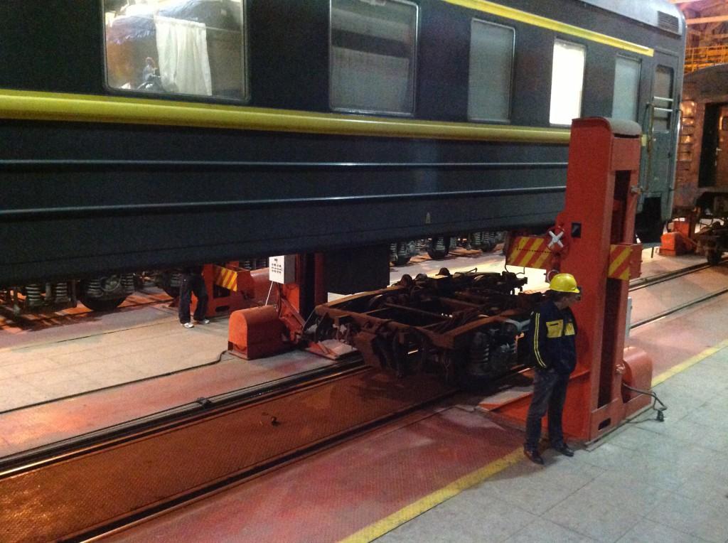 Raideleveys muuttuu, telien vaihto junan alle.