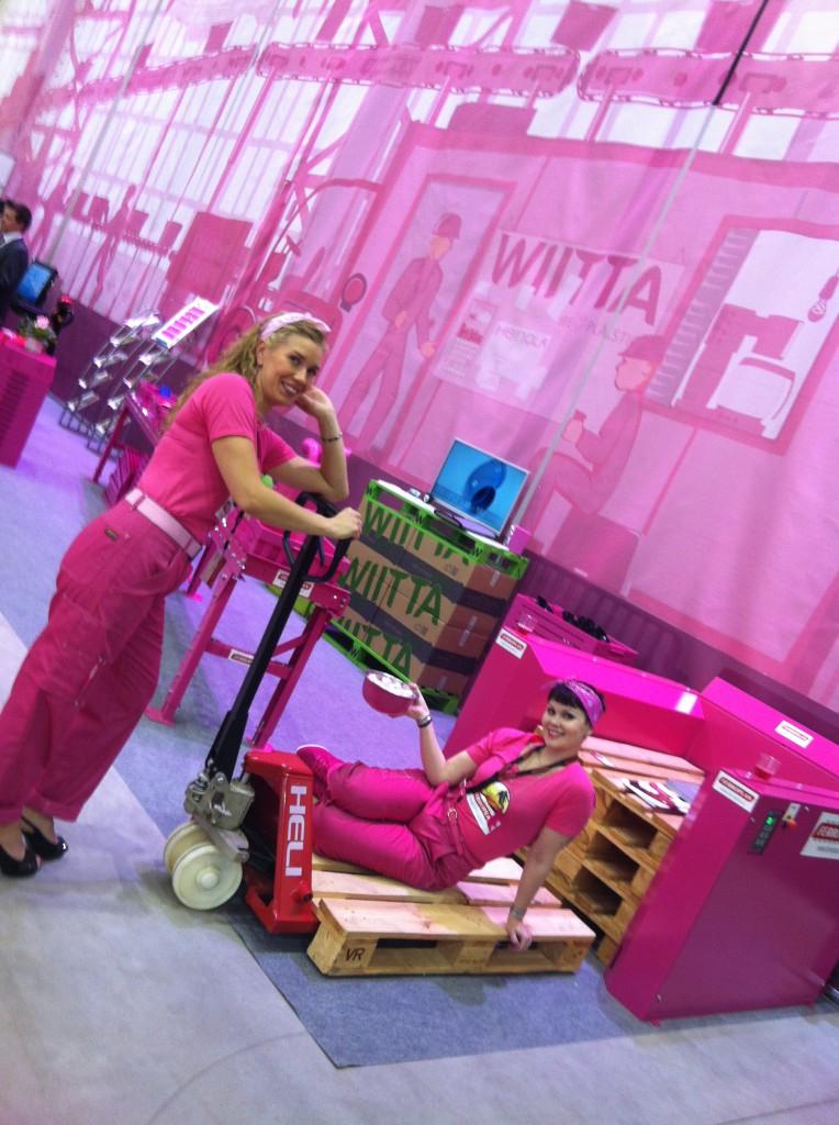 Pinkin tehtaan kuukauden työntekijät.